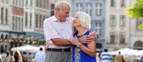 couple senior dans les rues de bruxelles