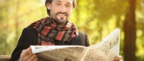 bel homme qui lit un journal