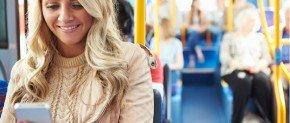 femme qui lit un sms dans le bus
