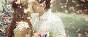 couple avec un bouquet qui se marie