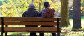deux hommes veufs sur un banc