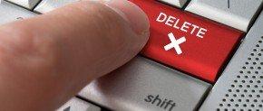 doigt qui appuye sur le bouton delete de son pc