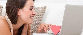 femme sur skype amoureux devant son pc