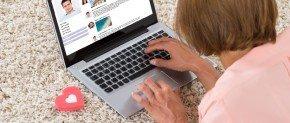 femme sur son ordinateur sur un site de rencontre