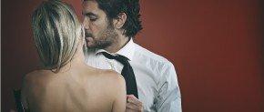 homme seduisant qui flirte avec une femme