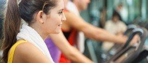 belle femme à la salle de sport