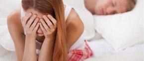 femme qui pleure pres du lit