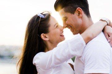 couple qui sembrasse au premier rendez vous