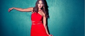 femme avec une robe rouge
