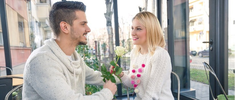 homme et femme en speed dating