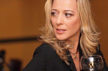 femme cougar au bar avec cigar