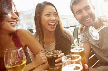 amis qui voivent un verre