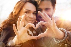 couple qui montre un coeur